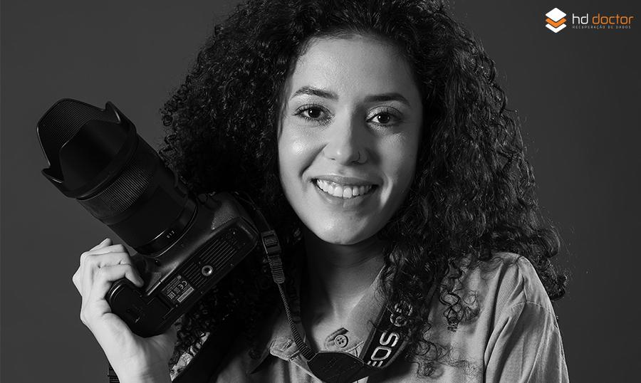mulher sorrindo com câmera fotográfica na mão